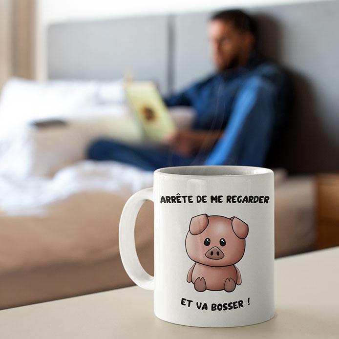 Un cochon mignon sur un mug blanc