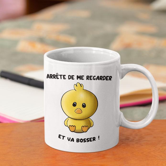 Un poussin kawaii dessiné sur un mug drôle