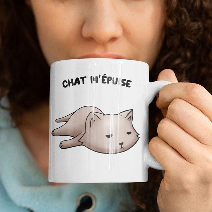 Elle boit son thé avec un mug de chat original