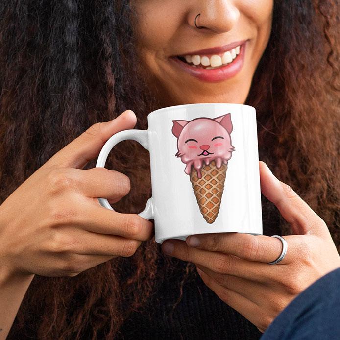 Une tasse avec un cône glacé à la fraise