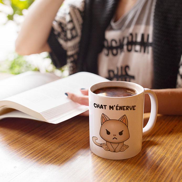 Un chat énervé et grincheux dessiné sur une tasse