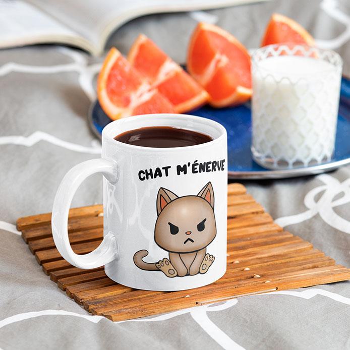 Un chat grincheux illustré sur un mug blanc