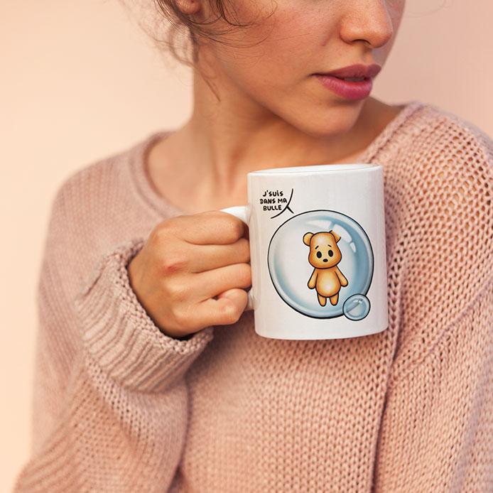 Un mug avec un ours en peluche dans une bulle