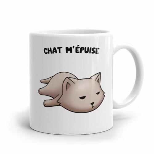 Un chat flemmard le matin sur un mug blanc