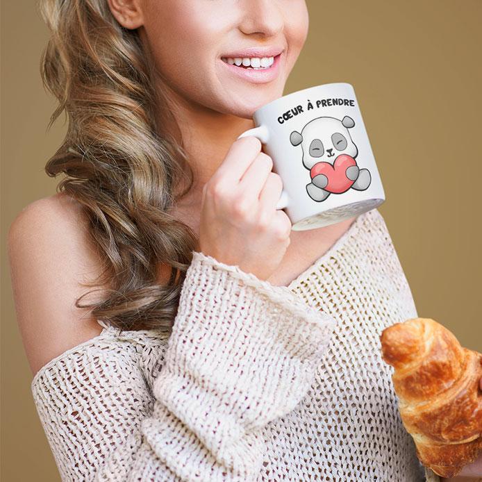Une femme qui tient un mug original de panda