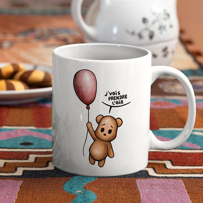 C'est un ours en peluche qui vole avec un ballon rouge