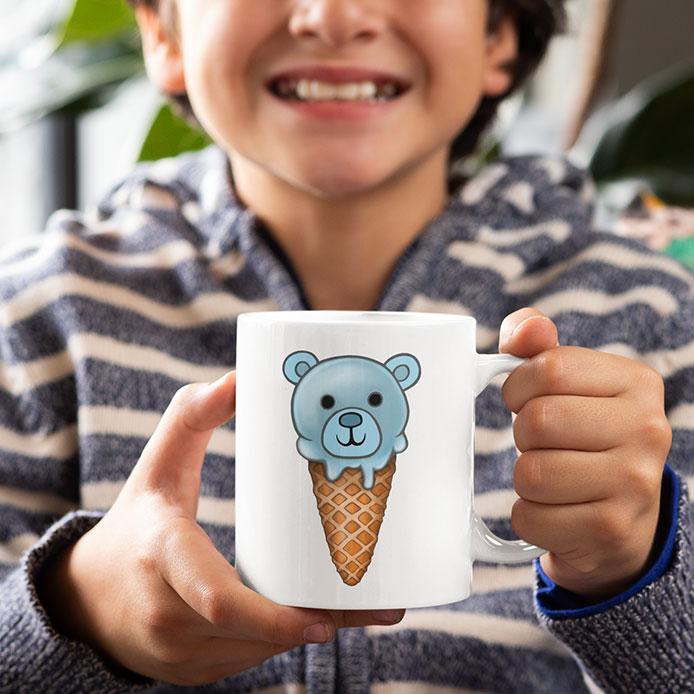 Un enfant qui tient une tasse avec une glace kawaii